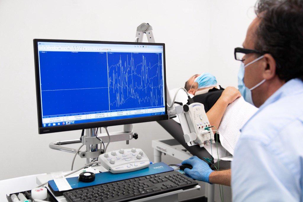 Dr. Jose Luis Chulilla haciendo un estudio a un paciente